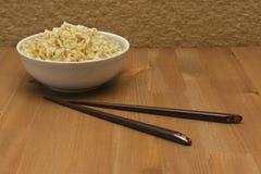 Tagliatelle cinesi sulla tavola di legno in un piatto bianco Immagine Stock Libera da Diritti