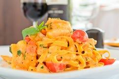 Tagliatelle com camarões e tomates Fotografia de Stock Royalty Free