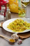 Tagliatelle com caril, alho-porro e alho da galinha Fotografia de Stock