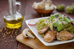 Tagliatelle com carne, cogumelos e molho de queijo roquefort da galinha Fotos de Stock Royalty Free