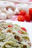 Tagliatelle com cogumelos e queijo Fotografia de Stock