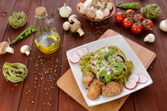 Tagliatelle con carne di pollo, i funghi e la salsa al formaggio blu Fotografia Stock
