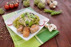 Tagliatelle con carne di pollo, i funghi e la salsa al formaggio blu Immagine Stock