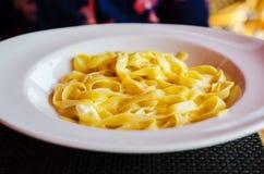 Tagliatelle con formaggio e crema Fotografia Stock