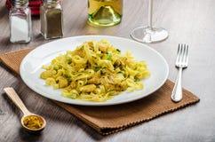 Tagliatelle con il curry, il porro e l'aglio del pollo Fotografia Stock