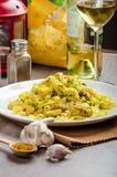 Tagliatelle con il curry, il porro e l'aglio del pollo Immagini Stock