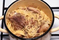 Tagliatelle con la carne del pollo immagini stock libere da diritti
