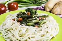 Tagliatelle con le verdure stufate Immagini Stock