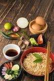 Tagliatelle con salsa e l'ingrediente sul backgroound di legno della tavola Fotografia Stock