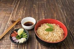 Tagliatelle con salsa o lo shoyu ed ingrediente sul backgroound d'annata di legno della tavola nella fine su Fotografia Stock Libera da Diritti