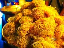 Tagliatelle croccanti dell'uovo da vendere in Tailandia Immagini Stock