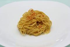 Tagliatelle cucinate dell'uovo sul piatto bianco Fotografie Stock Libere da Diritti