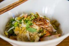 Tagliatelle del grano con le verdure e la carne nello stile tailandese Fotografie Stock