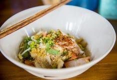 Tagliatelle del grano con le verdure e la carne nello stile tailandese Fotografia Stock Libera da Diritti
