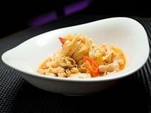 Tagliatelle del grano saraceno con il pollo e le verdure dentro Fotografia Stock