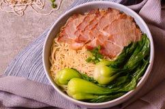 Tagliatelle della carne di maiale della fetta con le verdure sui tovaglioli Fotografie Stock