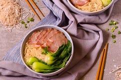 Tagliatelle della carne di maiale della fetta con le verdure sui tovaglioli Fotografia Stock Libera da Diritti