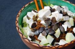 Tagliatelle dello zucchini con salsa al pomodoro, le foglie del basilico e la capra fresche fotografie stock libere da diritti