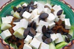 Tagliatelle dello zucchini con salsa al pomodoro, le foglie del basilico e la capra fresche immagine stock libera da diritti