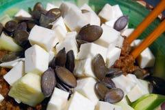 Tagliatelle dello zucchini con salsa al pomodoro, le foglie del basilico e la capra fresche fotografia stock libera da diritti