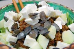 Tagliatelle dello zucchini con salsa al pomodoro, le foglie del basilico e la capra fresche fotografia stock