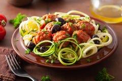 Tagliatelle dello zucchini degli zoodles di paleo del cheto con le polpette e le olive immagine stock libera da diritti