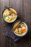 Tagliatelle di ramen asiatiche del miso con l'uovo, il tofu e il enoki Fotografie Stock