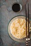 Tagliatelle di ramen della minestra in ciotola di vetro e nel sause sulla tavola di gray del tte Immagine Stock