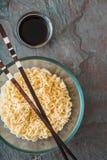 Tagliatelle di ramen della minestra in ciotola di vetro sulla tavola di gray del tte Fotografia Stock