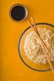 Tagliatelle di ramen della minestra nel sause della soia e della ciotola Fotografie Stock
