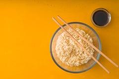 Tagliatelle di ramen della minestra nel sause della soia e della ciotola di vetro Fotografie Stock Libere da Diritti