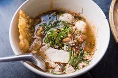 Tagliatelle di riso che completano la carne di maiale e le interiora della fetta in minestra sulla ciotola immagine stock libera da diritti