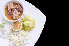 Tagliatelle di riso con la salsa piccante del porco Immagini Stock