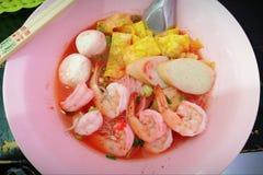 Tagliatelle di riso con le palle di pesce e del gamberetto fotografia stock libera da diritti