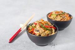Tagliatelle di riso con le verdure fotografia stock libera da diritti