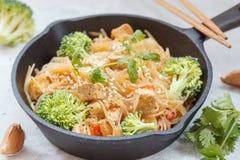 Tagliatelle di riso fritte del vegano con il tofu e le verdure immagine stock libera da diritti