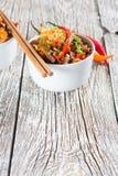 Tagliatelle di riso fritto con gamberetto Fotografia Stock