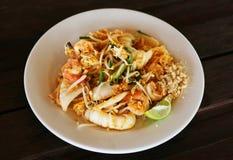 Tagliatelle di riso fritto tailandesi di stile Fotografie Stock Libere da Diritti