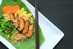 Tagliatelle di riso in padella con i broccoli fotografie stock libere da diritti