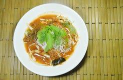 Tagliatelle di riso tailandesi che condiscono curry con la verdura fresca sul piatto immagini stock libere da diritti