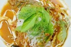 Tagliatelle di riso tailandesi che condiscono curry con la verdura fresca sul piatto fotografia stock