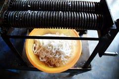 Tagliatelle di riso vietnamite appena fatte immagini stock