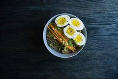 Tagliatelle di soba del grano saraceno con salsa e piatti laterali in brodo Alimento giapponese Cucina asiatica Fondo di legno ne immagini stock libere da diritti