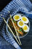 Tagliatelle di soba del grano saraceno con salsa e piatti laterali in brodo Alimento giapponese Cucina asiatica Fondo di legno ne fotografia stock