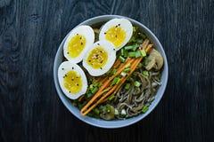 Tagliatelle di soba del grano saraceno con salsa e piatti laterali in brodo Alimento giapponese Cucina asiatica Fondo di legno ne immagine stock libera da diritti