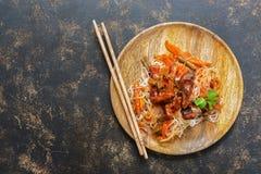 tagliatelle di vetro cinesi di Scalpore-fred con carne e le verdure, vista superiore Copi lo spazio Fotografie Stock