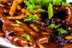 Tagliatelle di vetro con carne affettata, le verdure ed i funghi cinesi Fotografia Stock