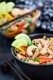 Tagliatelle di vetro del riso asiatico delizioso con i gamberetti e le verdure Immagine Stock