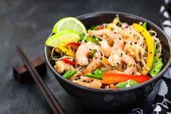 Tagliatelle di vetro del riso asiatico delizioso con i gamberetti e le verdure Fotografie Stock