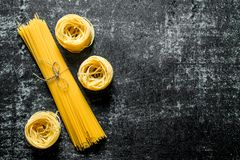 Tagliatelle e espaguetes crus foto de stock